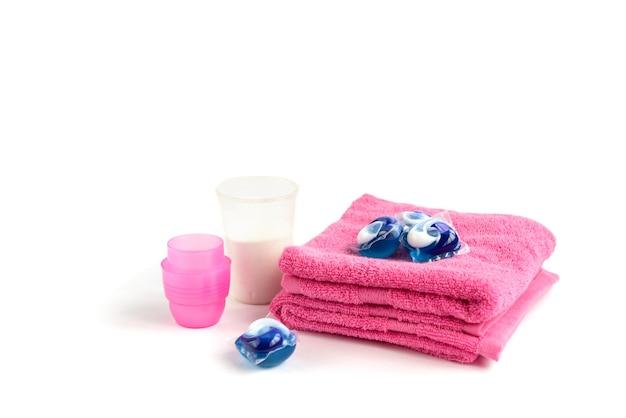 Waschmittel sortiert vielfalt in pulver und kapseln in waschdosis isoliert auf weiß