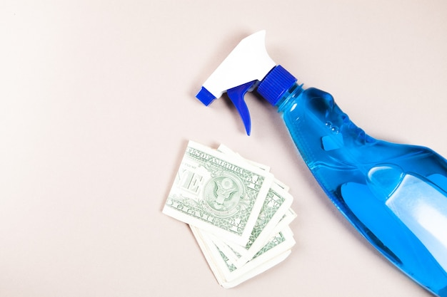 Waschmittel und geld auf dem tisch