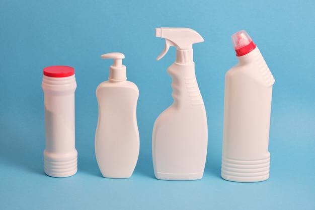 Waschmittelflaschen auf blauem hintergrund. chemische reinigungsmittel