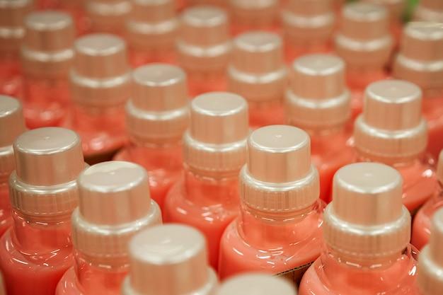 Waschmittelflaschen konzentrieren sich auf den verschluss