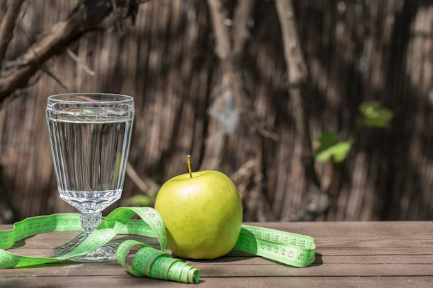 Wasser, apfel und zentimeter. fitness-konzept. copyspace