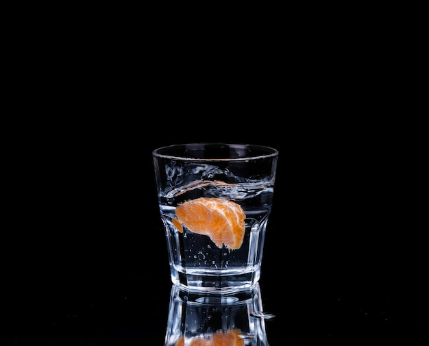 Wasser auf ein glas im dunkeln