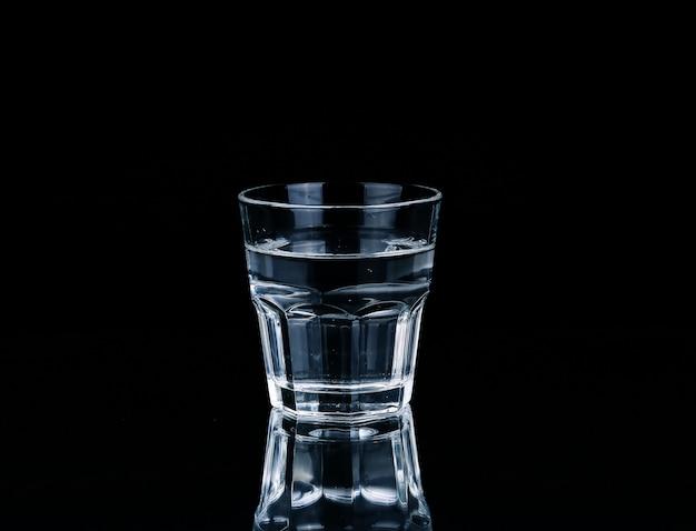 Wasser auf glas bei dunkelheit.