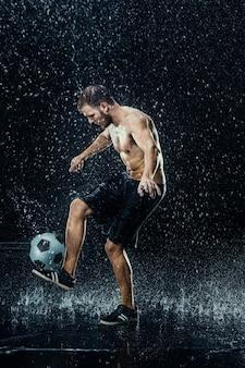 Wasser fällt um fußballspieler