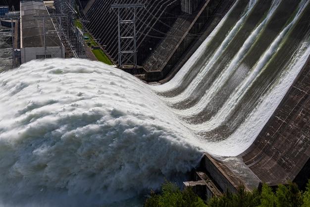 Wasser fließt in einem wasserkraftwerk stromerzeugung ökologie klimawandel