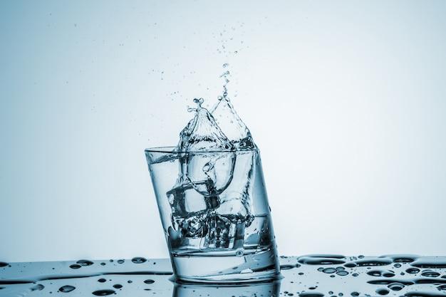 Wasser im glas mit wasserspritzer