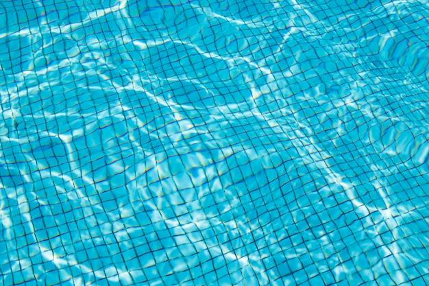 Wasser im schwimmbad mit sonnigen reflexionen.