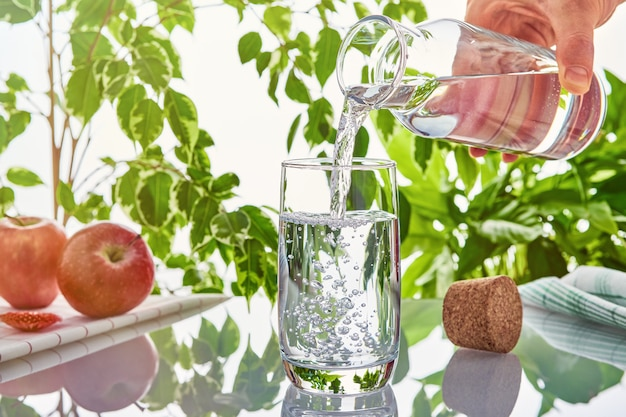 Wasser in ein glas