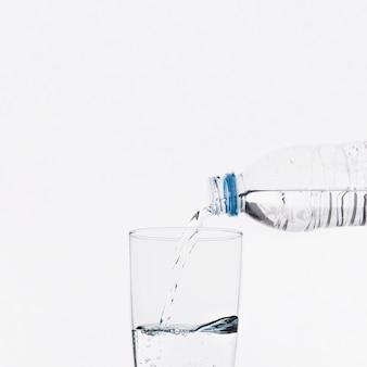 Wasser in glas gießen