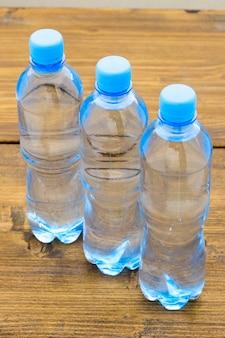 Wasser in plastikflaschen