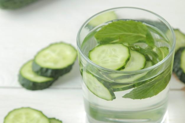 Wasser mit gurke. erfrischendes diätwasser mit gurke in einer glasschale. detox-getränkekonzept. nahansicht