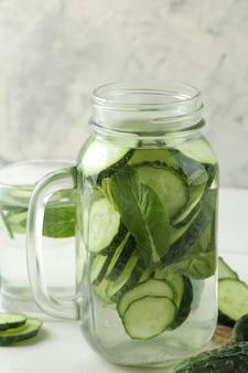 Wasser mit gurke. erfrischendes diätwasser mit gurke in einer glasschale. detox-getränkekonzept.
