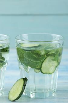 Wasser mit gurke. erfrischendes diätwasser mit gurke und minze im becherglas. detox-getränkekonzept.
