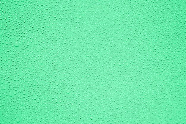 Wasser oder regen fällt auf grünem hintergrund