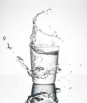 Wasser spritzt aus glas