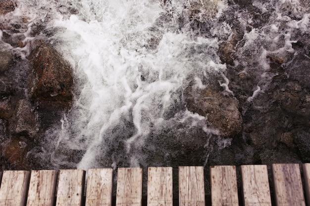 Wasser spritzt gegen die felsen