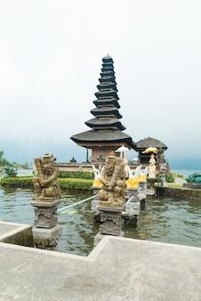 Wasser-tempel am bratan see