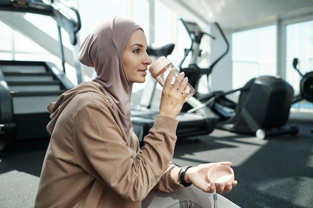 Wasser trinken im fitnessstudio