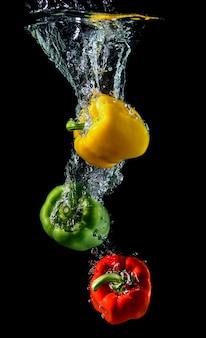 Wasser tropft paprika oder paprika.