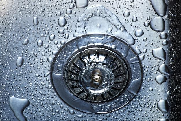Wasser und tröpfchen im waschbecken