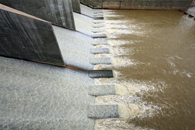 Wasser vom damm