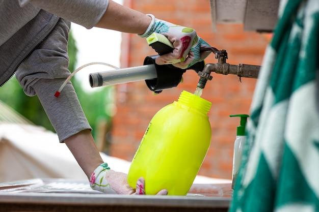 Wasser wird in eine spritze mit pestizid gegeben.