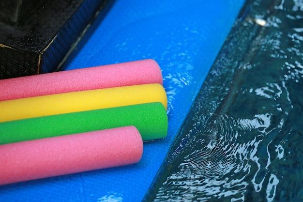 Wasseraerobe ausrüstung. farbige aquanudeln im schwimmbad