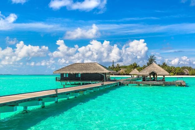 Wasserbungalows auf der tropischen insel der malediven