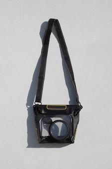 Wasserdichtes gehäuse für digitalkamera an weißer wand. fotoausrüstung für unterwasserfotos.