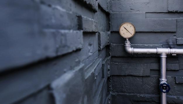 Wasserdruckmessgerät auf rohren am äußeren gebäude