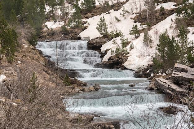 Wasserfälle des flusses arazas im ordesa naional park mit schnee.
