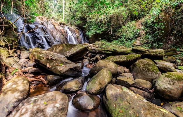 Wasserfälle mit felsen stehen im vordergrund