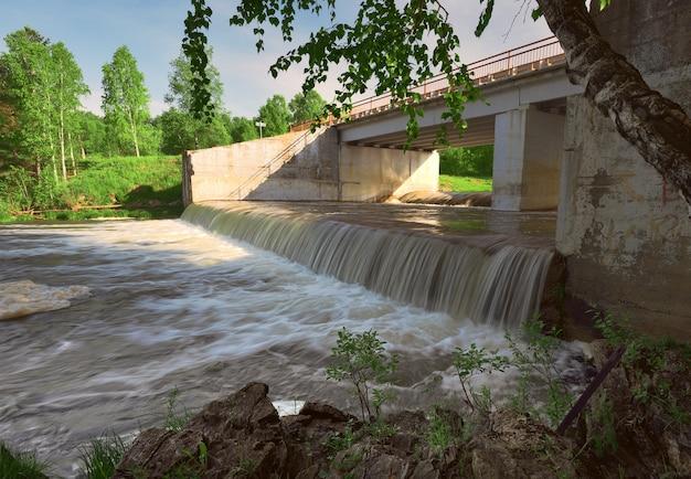 Wasserfall am fluss suyenga ein künstlicher wasserfall auf dem gelände eines unvollendeten wasserkraftwerks Premium Fotos
