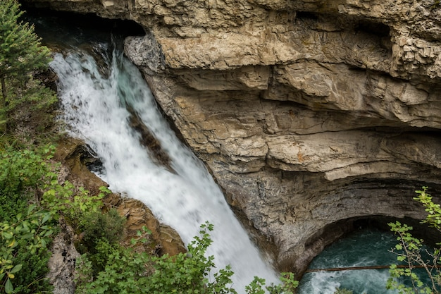 Wasserfall am johnston canyon in banff. johnston canyon, alberta, kanada