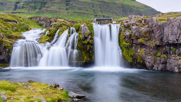 Wasserfall am kirkjufell berg, island