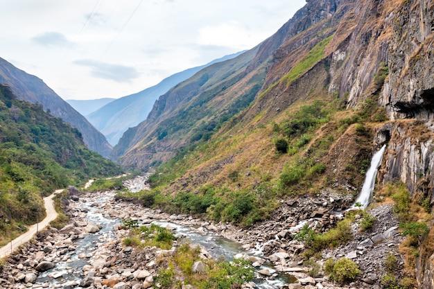 Wasserfall am urubamba-fluss in der nähe von machu picchu in peru