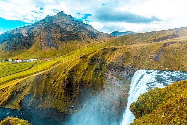 Wasserfall an der spitze des skogafoss-wasserfalls im goldenen kreis im süden islands