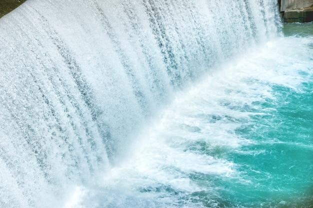 Wasserfall auf einem großen damm. kaskade am fluss segre in spanien
