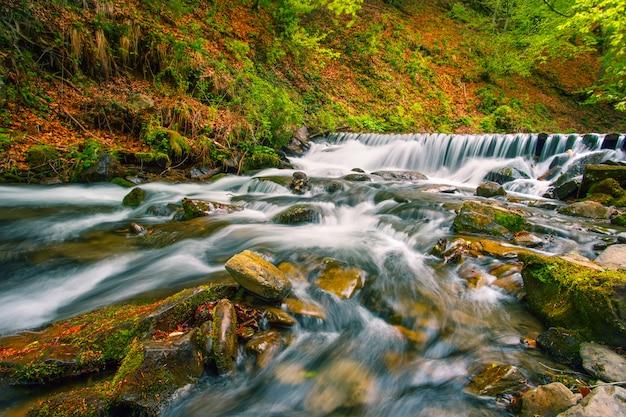 Wasserfall auf gebirgsfluss im herbstwald