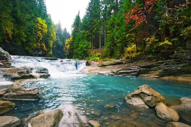 Wasserfall auf gebirgsfluss mit blauem wasser