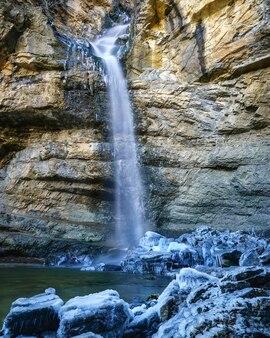 Wasserfall aus eiswasser, kalten und gefrorenen steinen. lange fotobelichtung. spanien.