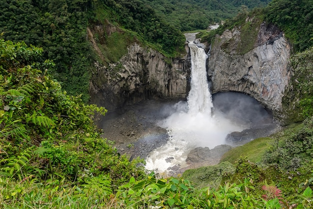 Wasserfall cayambe coca ecological reserve in napo, ecuador