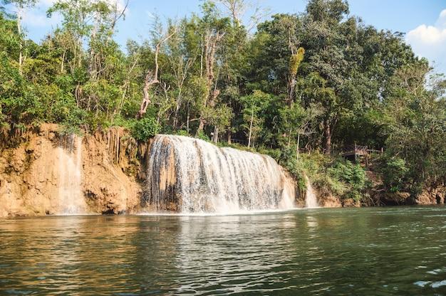 Wasserfall, der auf tropischen regenwald am nationalpark fließt