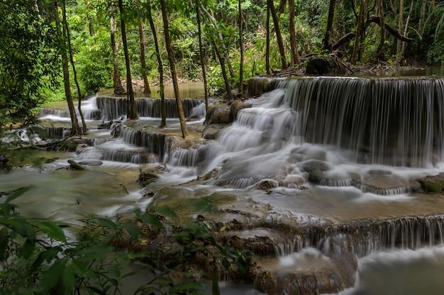 Wasserfall, der eine schicht in thailand ist