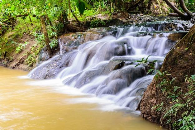 Wasserfall der heißen quelle bei krabi in thailand