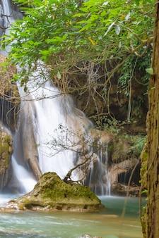 Wasserfall, der von den bergen an wasserfall nationalpark huay mae khamin, kanchana buri fließt.