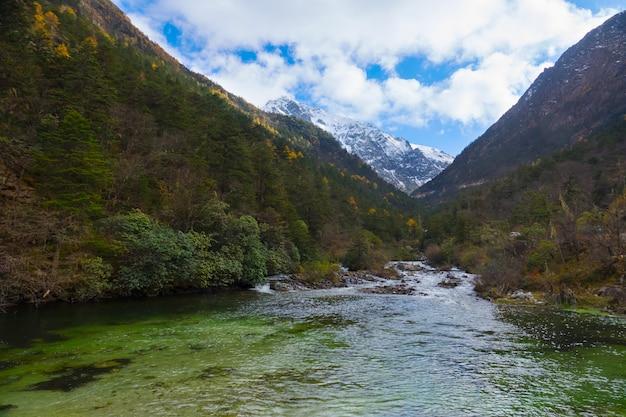 Wasserfall durch schneeberg, ansicht in nationalpark hailuogou, sichuan, china