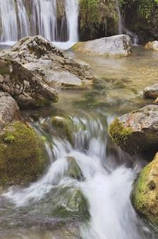 Wasserfall fließt entlang eines tals