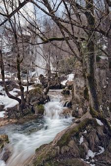 Wasserfall gostilje, zlatibor, serbien im winter.