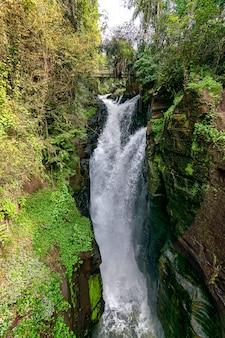 Wasserfall im iguazu nationalpark cataratas, argentinien
